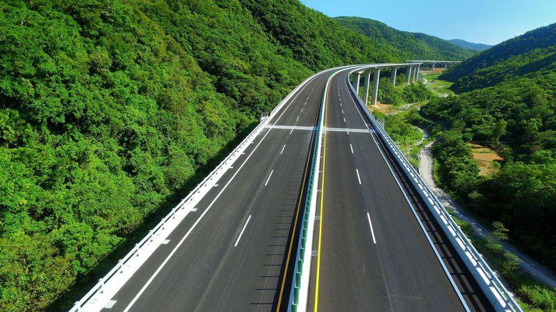 南迴公路拓寬取直工程23日全線通車,從屏東草埔以北到台東縣太麻里鄉香蘭全長約52公里長道路,全是4線道或3線道。圖/公路總局提供