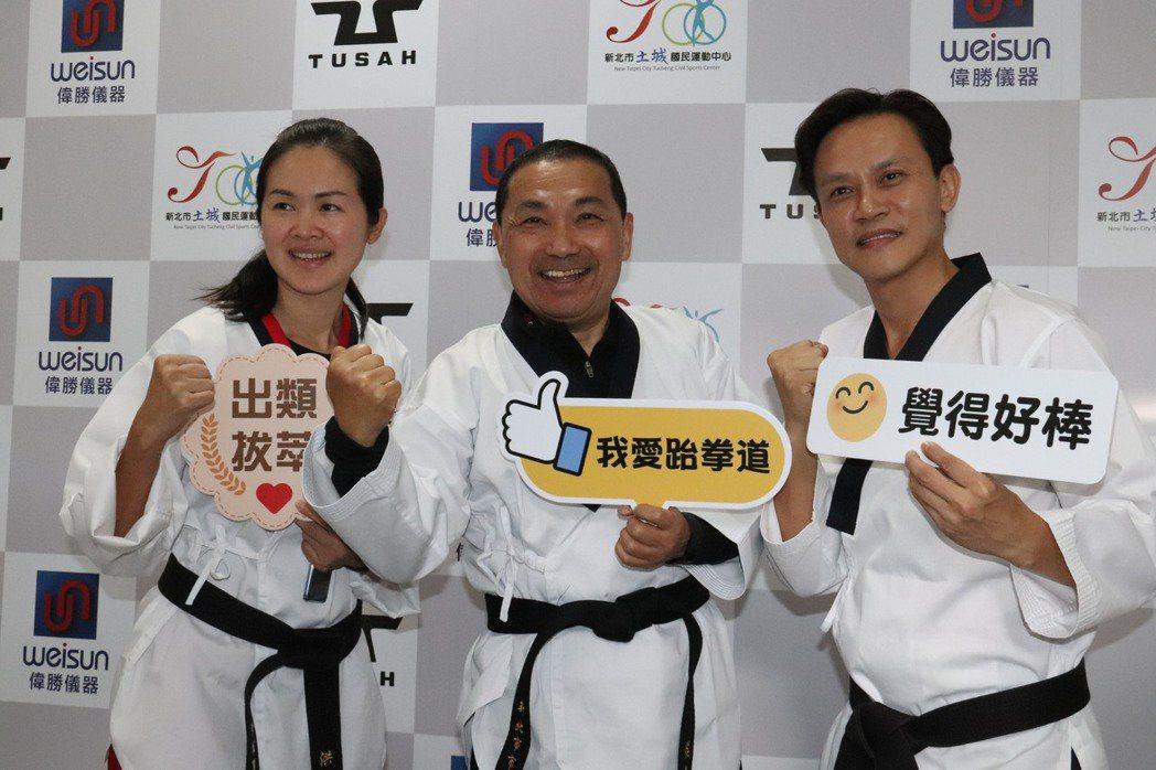 被稱為跆拳道界金童玉女的黃志雄(右)與妻子洪佳君(左),退役後雙雙進入政壇。記者...