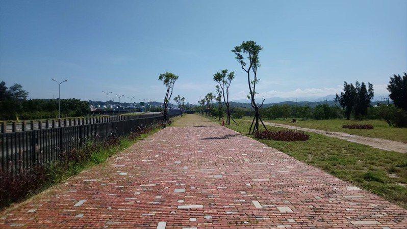 新竹市香山區那魯灣公園廣場綠美化工程正式完工啟用,由阿美族頭目送上祈福祝禱。圖/新竹市府提供