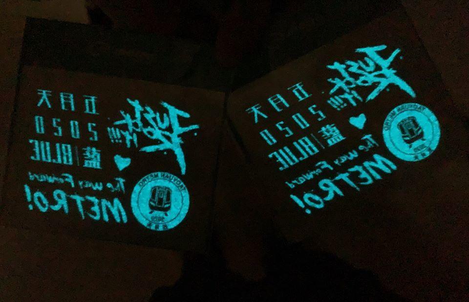 搭機捷看五月天免費送限量演場會版夜光紋身貼紙。圖/桃園大眾捷運公司提供