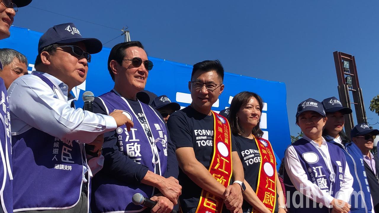盧秀燕(右一)與前市長胡志強(左一)聯手批林佳龍,任內債台高築。記者陳秋雲/攝影