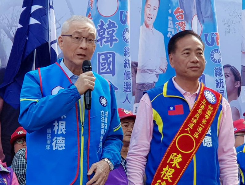 國民黨主席吳敦義(左)稱許立委候選人陳根德(右)過去政績是優秀認真、肯打拼的國會議員,籲選民力挺支持。圖/陳根德競總提供