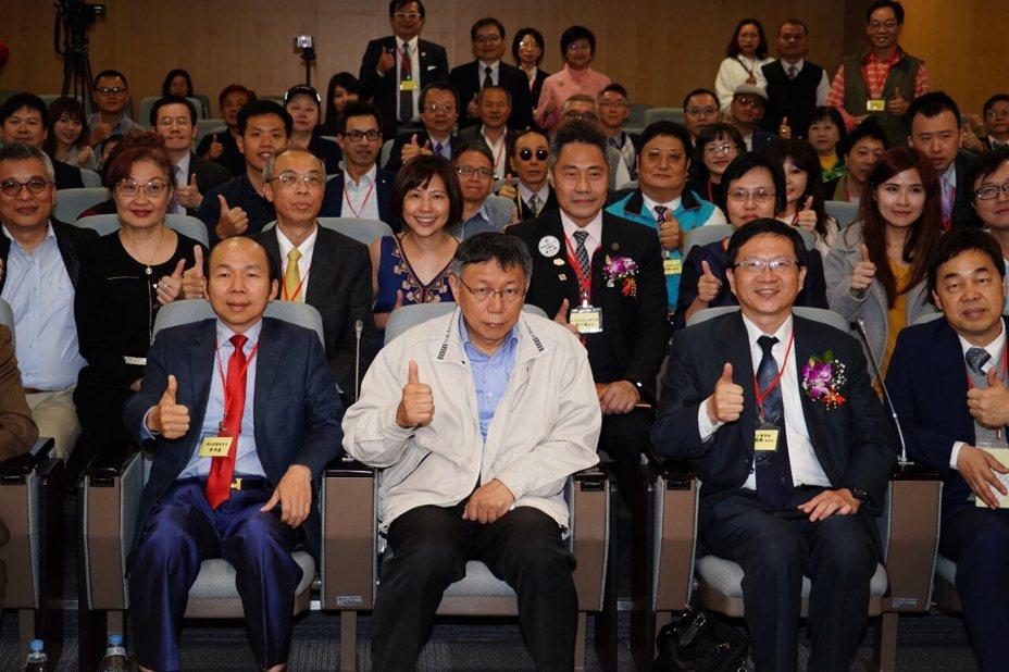 台北市長柯文哲今天下午出席亞太地區醫療教育工商學術論壇,柯致詞時提到「4個輪子」論點。圖/北市府提供
