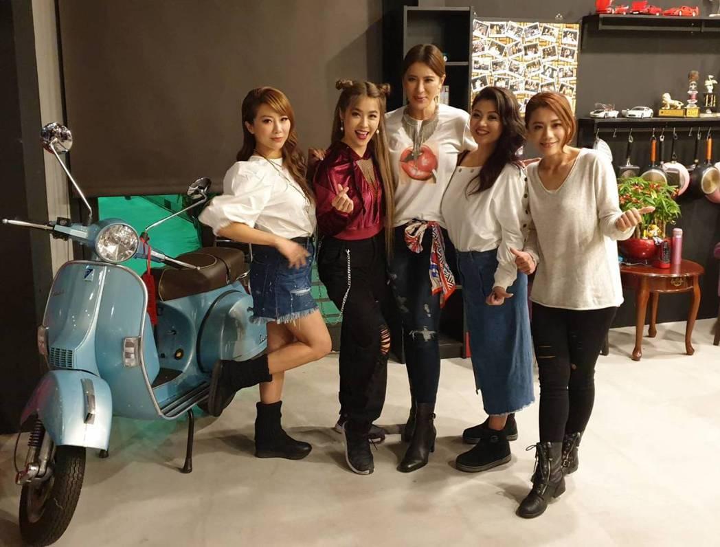 佩甄(左起)、小嫻、小禎、Ruby、柯以柔在慶功宴上開心合照。記者李姿瑩/攝影
