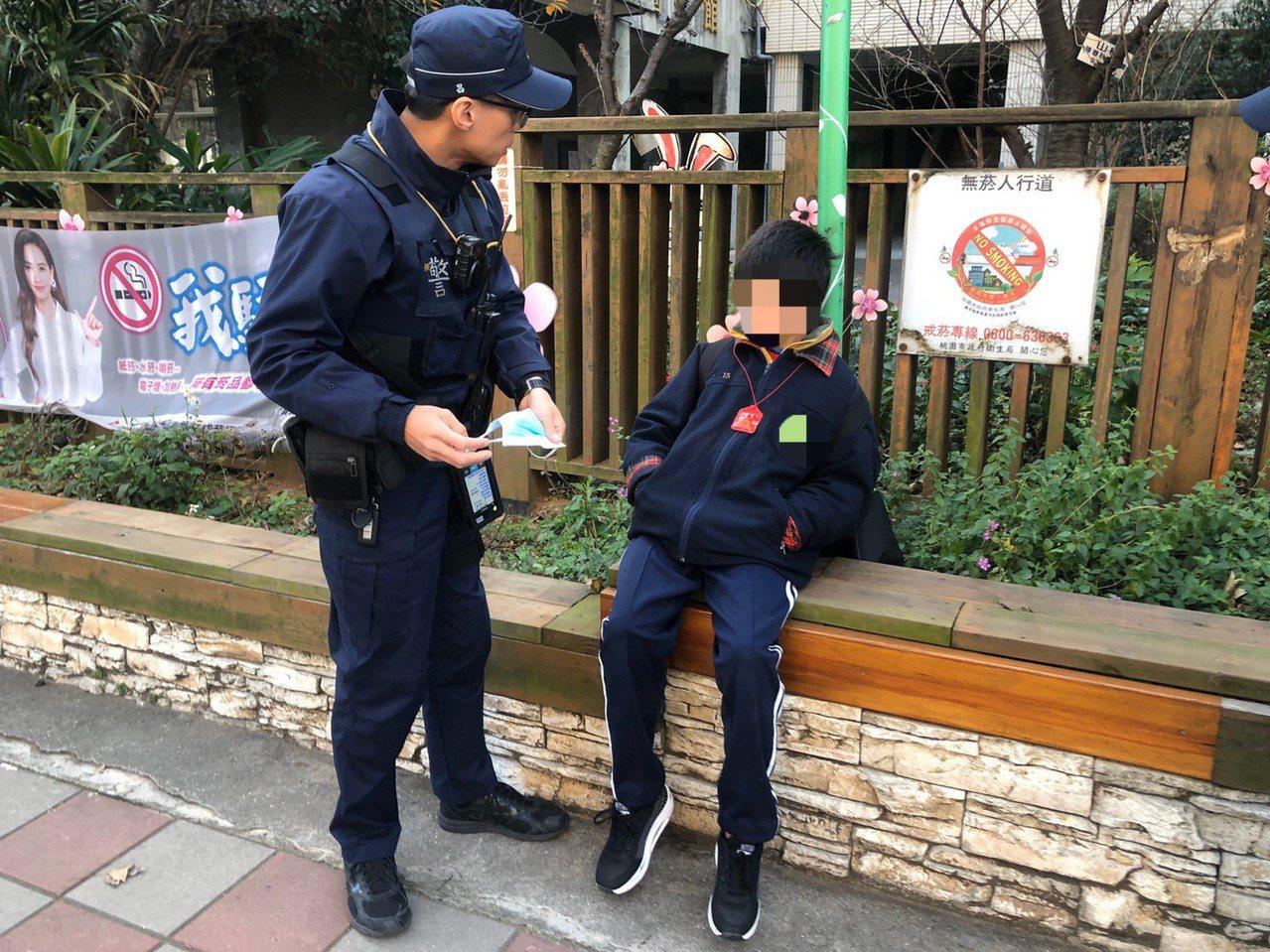 員警在清晨寒風中發現男童,並順利的聯繫上家屬,協助送其返家。圖/平鎮警分局提供