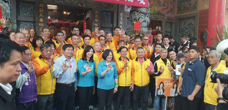蔡英文總統今天到台中市,和無黨籍立委洪慈庸拜票尋求支持。記者游振昇/攝影
