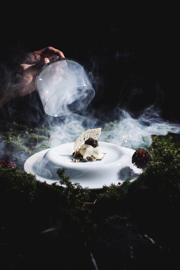 煙霧、魚子醬、山葵。圖/TOWN by Bryan Nagao提供