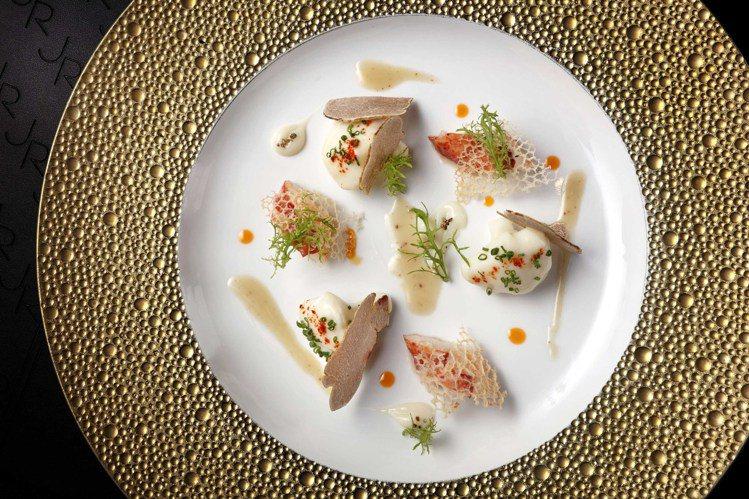 緬因龍蝦與白花椰菜佐花生油醋醬。圖/侯布雄法式餐廳提供