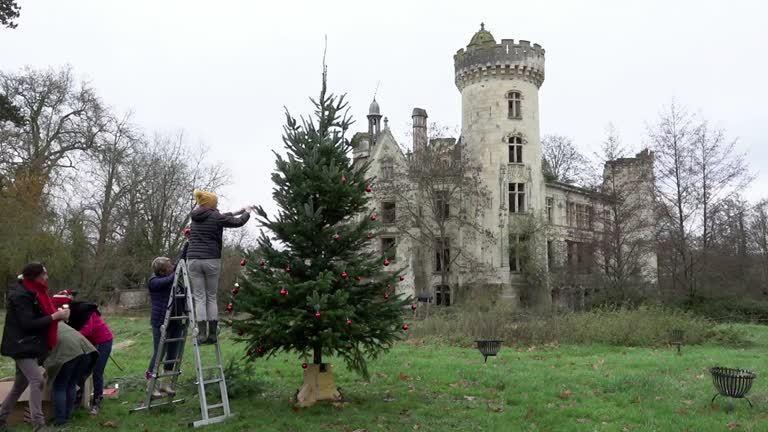 拯救法國古堡,遺產保護組織發起集資活動,吸引全球2萬5千人響應,共同買下法國一座13世紀城堡,並擁有前來這裡度過耶誕節的邀請函。路透