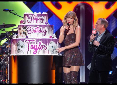 泰勒絲13日迎來30歲生日,她當天恰巧在麥迪遜廣場花園舉辦耶誕節演唱會,主辦單位現場送上蛋糕,更播放包括凱蒂佩瑞等眾多明星好友的祝賀生日影片,讓她笑得合不攏嘴。其實她早先就在紐約某間高級餐廳舉辦生日...