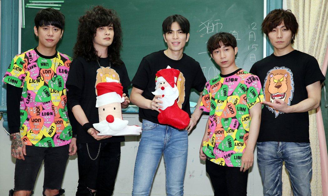 「獅子」在北一女校慶演唱會壓軸登場,貼心準備耶誕糖果發送。記者侯永全/攝影