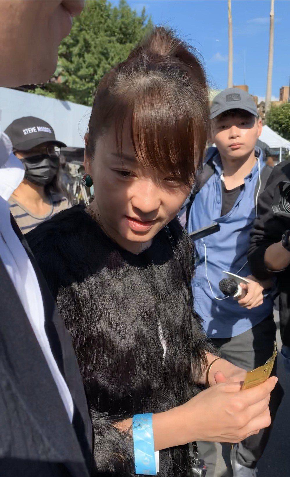 六月手裡拿著小熊軟糖。記者陳慧貞/攝影