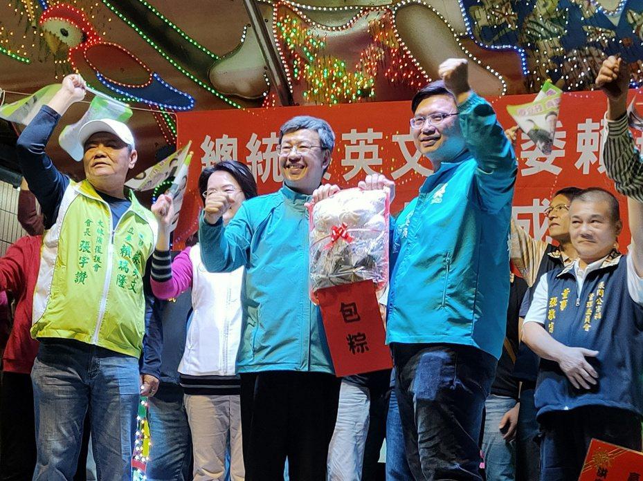 副總統陳建仁(左三)今晚到高雄大林蒲,為尋求連任的民進黨立委賴瑞隆(右二)站台。記者蔡容喬/攝影