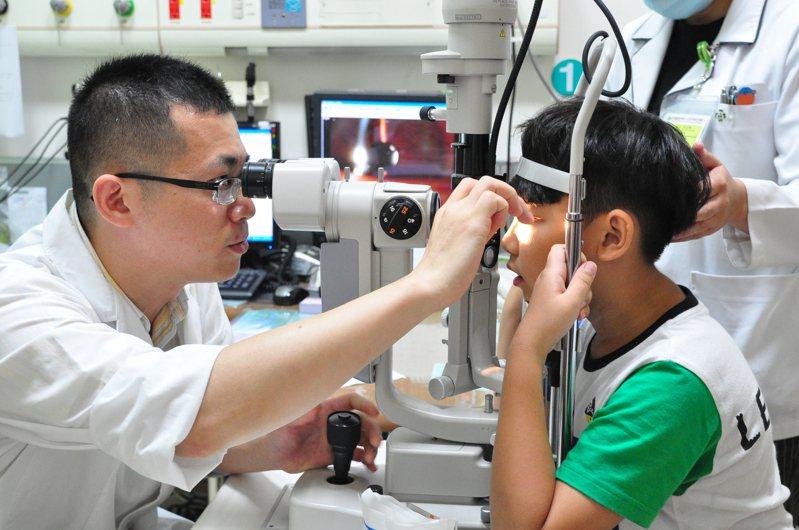 小朋友若有近視,得盡速就醫治療。  本報資料照片