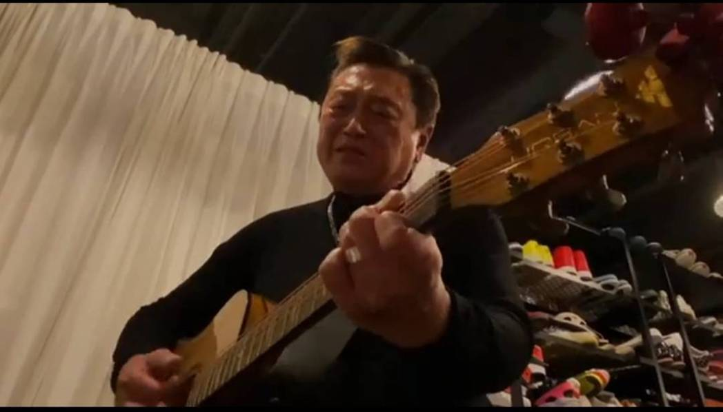 高以翔的父親唱歌唱到哽咽。圖/截圖自臉書