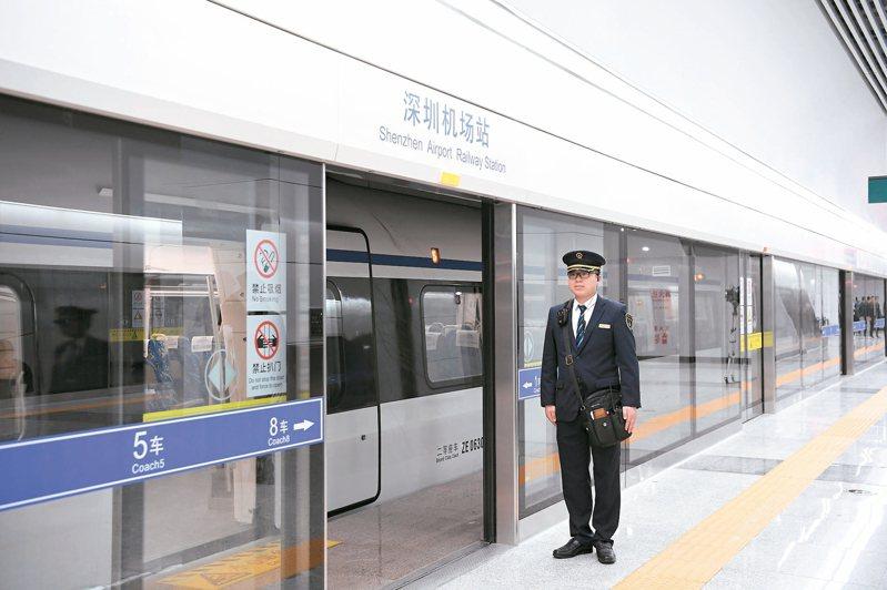 穗深城際鐵路昨天正式開通運營,廣州、東莞和深圳三地進入「一小時經濟生活圈」。 (新華社)