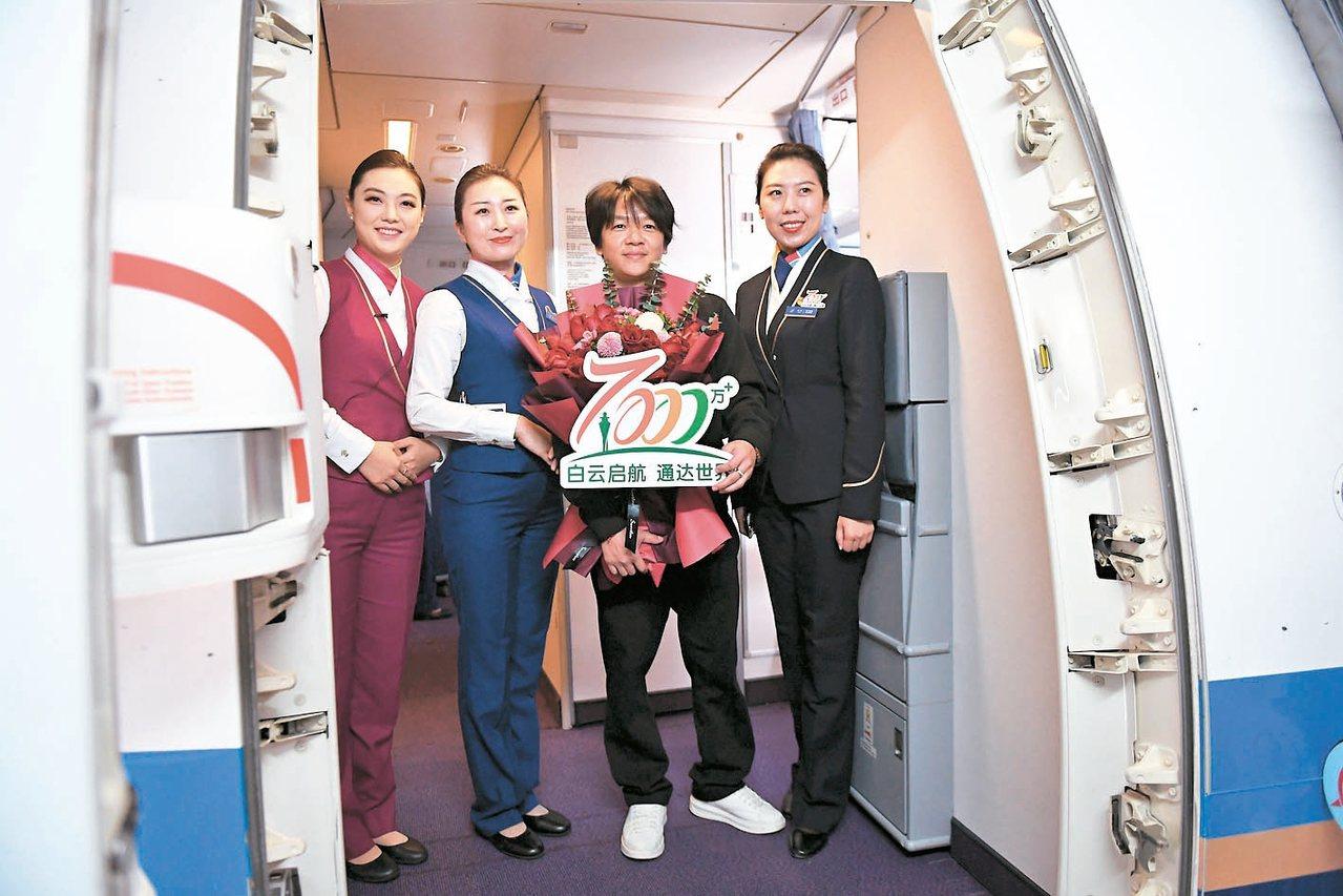 每3年一次「千萬級」跨越廣州白雲國際機場14日迎來今年第7000萬名旅客,標...