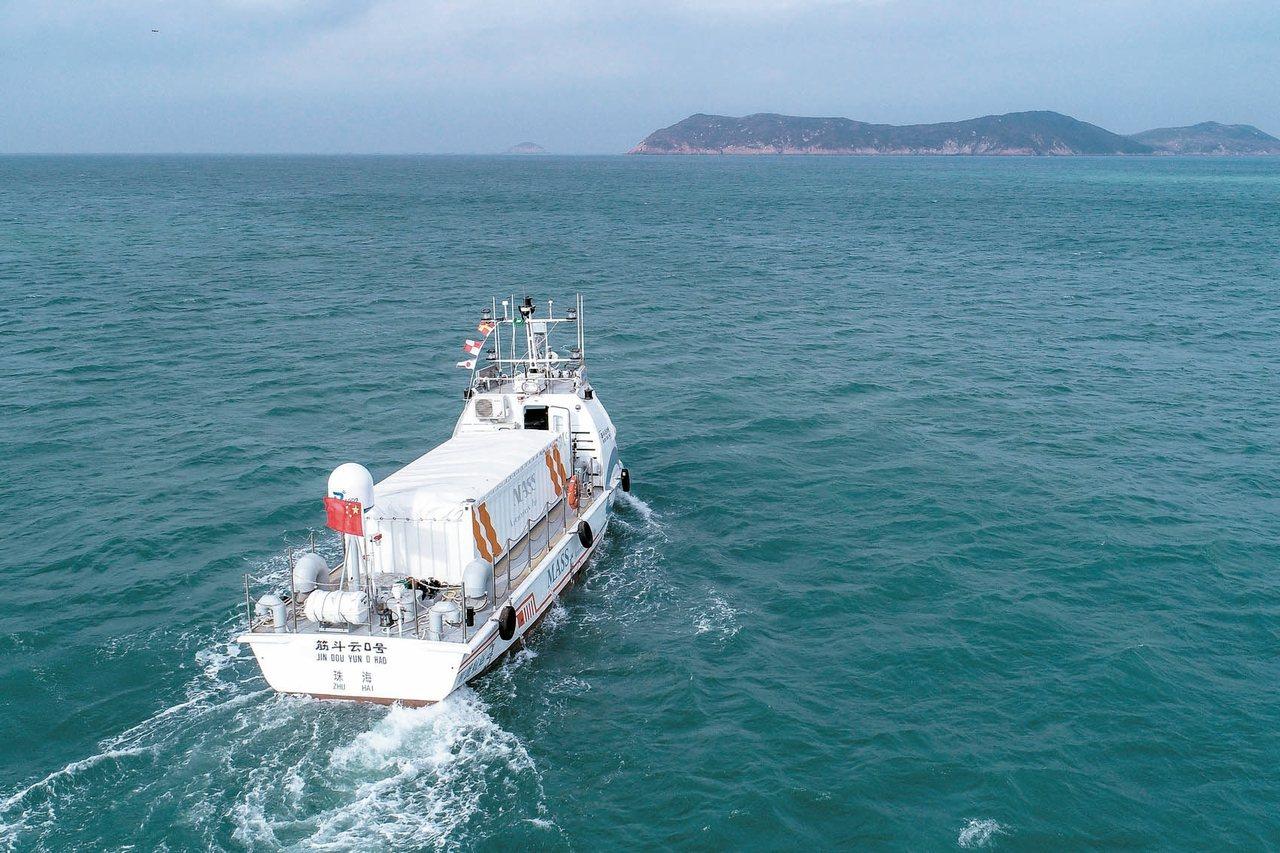 中國大陸自主研發的首艘具備自主航行功能的「筋斗雲0號」貨船,昨天在珠海東澳島首航...
