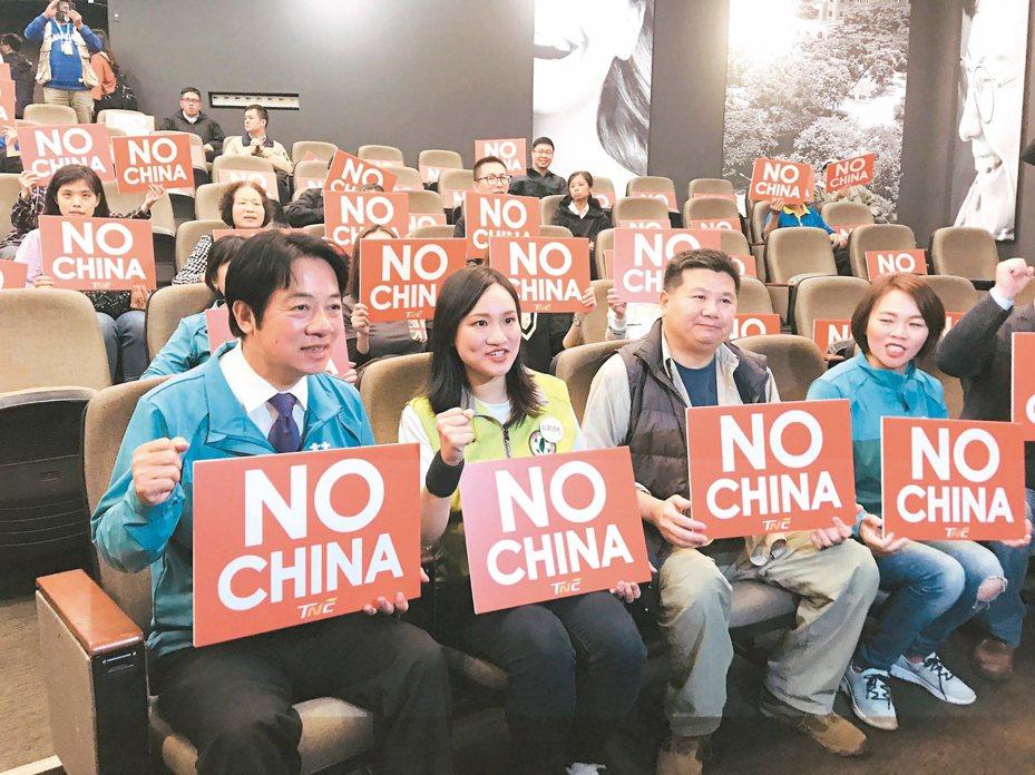 民進黨副總統候選人賴清德(前左)昨和台北市大安區立委候選人謝佩芬(左二),一同出席台灣制憲基金會紀錄片放映會。 記者邱瓊玉/攝影