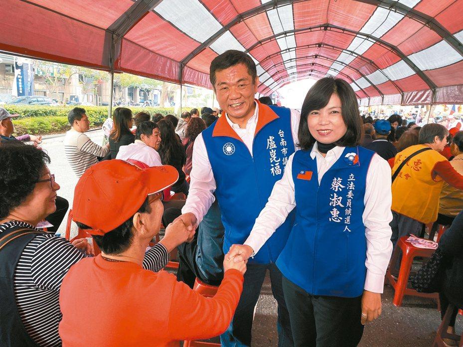 國民黨立委候選人蔡淑惠(右)昨天得到黨內議員盧崑福(左)等人支持,蔡說「對手有總統,她有同志支持」。 記者修瑞瑩/攝影