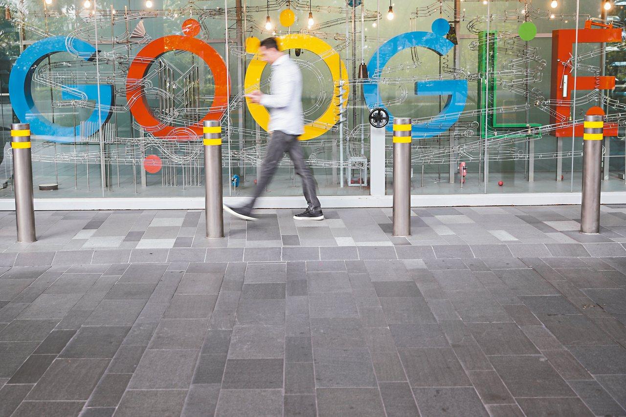 搜尋引擎谷歌本月稍早引用反假新聞法,宣布在新加坡境內禁止政治廣告。圖為一名男子走...