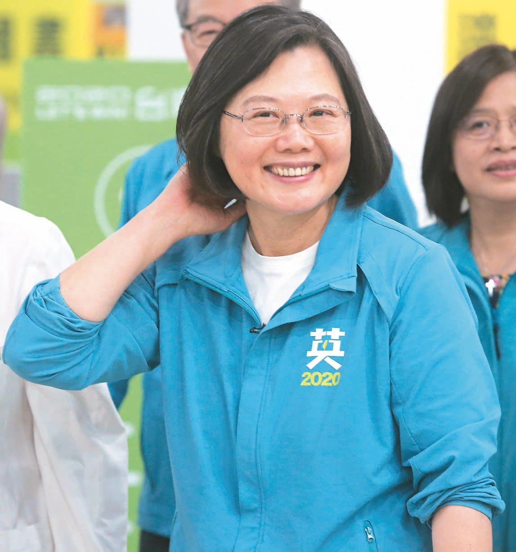 民進黨總統候選人蔡英文昨出席女醫師催票活動。 記者黃仲裕/攝影