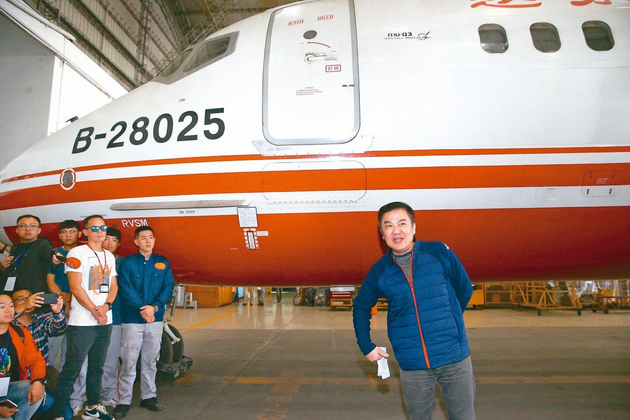 遠東航空十二日無預警宣布停飛後,隔日遠航董事長張綱維(右)舉行記者會,表示停業是...