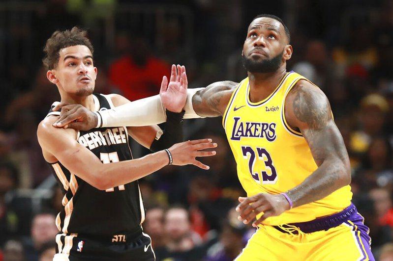 詹姆斯(右)今天繳出32分、13籃板的「雙10」演出,率湖人拿下7連勝。 美聯社