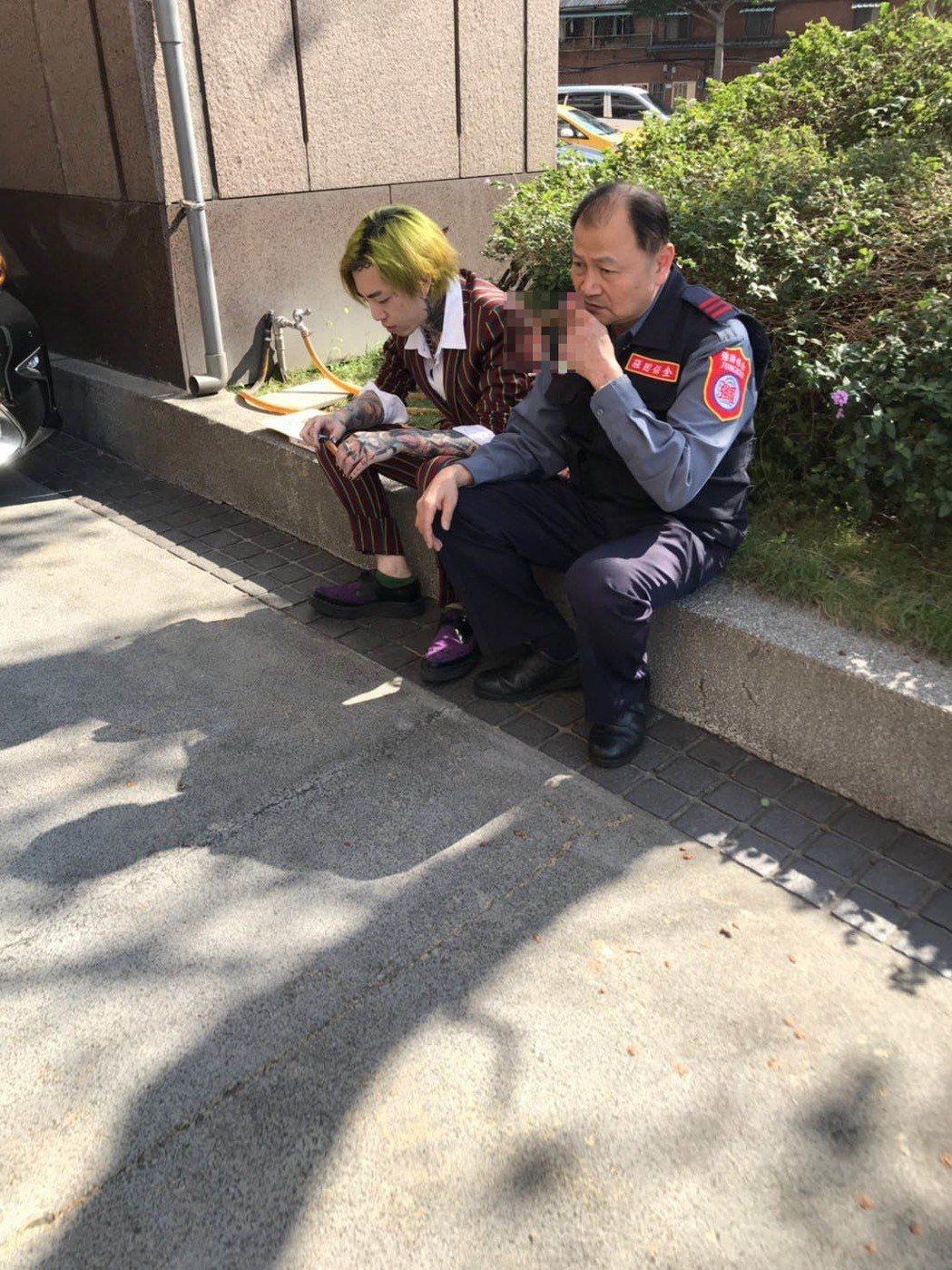 歌手謝和弦第三度跑到中時大樓,和警衛席地而坐聊天。記者廖炳棋/翻攝