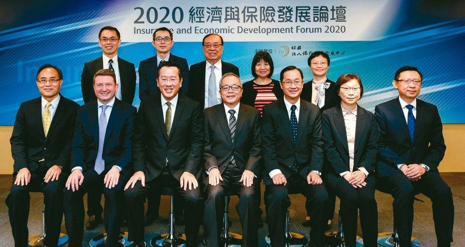 IAIS國際保險監理官協會秘書長Jonathan Dixon(前排左二起)、金管...