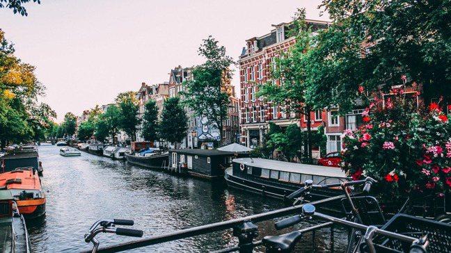荷蘭高薪的背後藏著高所得稅、高生活費。圖為阿姆斯特丹美景。pexels