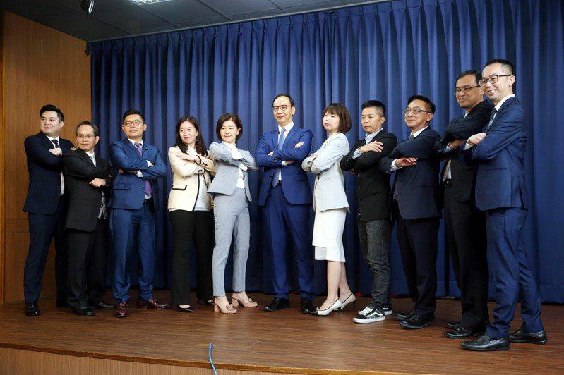 專業Plus,戰力再升級!國民黨今天宣布成立「跨域領航戰隊」,韓國瑜競選總部主委朱立倫(中)扮演朱隊長帶領團隊成員亮相。 記者邱德祥/攝影