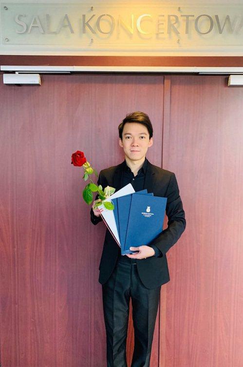 台灣青年指揮鮑恆毅15日拿下波蘭弗羅茨瓦夫合唱指揮大賽首獎,同時拿到波蘭作品詮釋獎、現代音樂詮釋獎、蒙特威爾第牧歌詮釋獎3個特別獎項。(鮑恆毅提供) 中央社