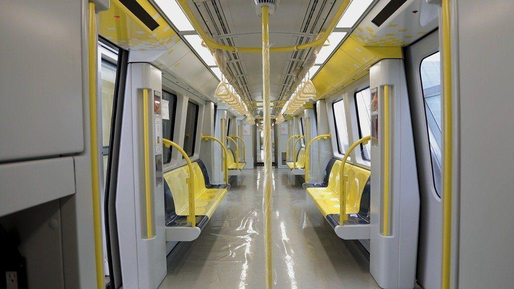 環狀線車廂一列4個互相連通,座位採縱列設計,讓空間比文湖線更大。(圖片來源:新北...