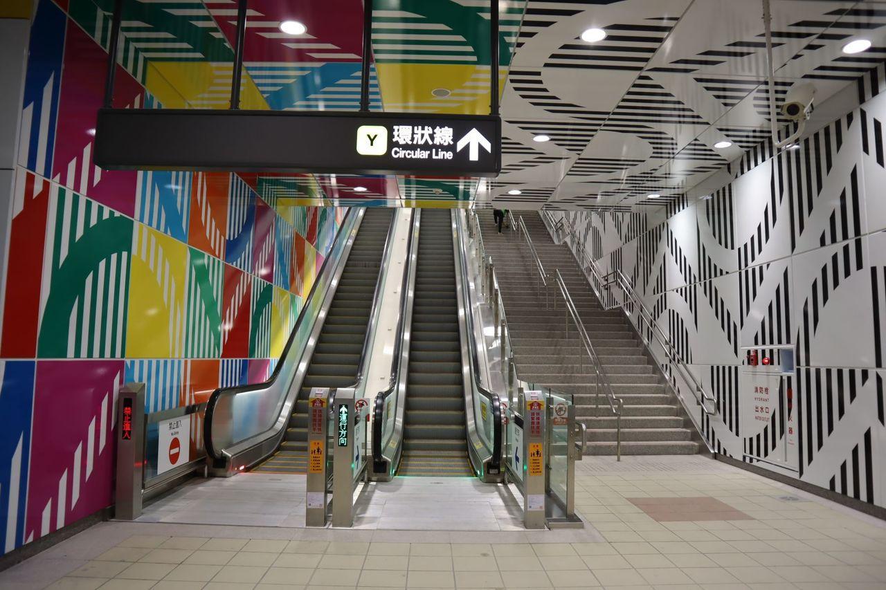 以「七彩寶盒」概念設計環狀線板橋站。(圖片來源:新北市政府提供)