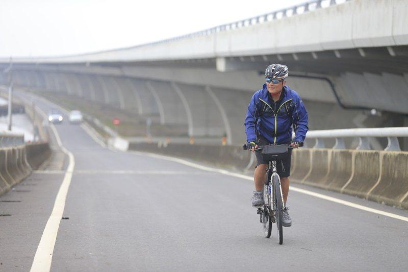 55歲單車達人陳忠利十幾年前原為汽車銷售員,為了讓身體健康及減重,他開始騎車上下...