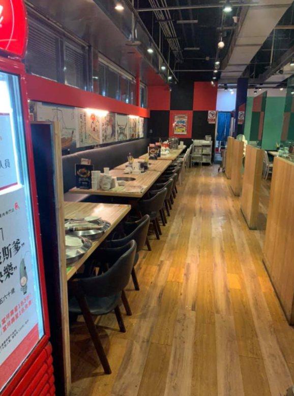 網友帶家人到燒肉餐廳用餐,竟被現場一半以上都是空位的餐廳接待員回說「現場沒空位,...