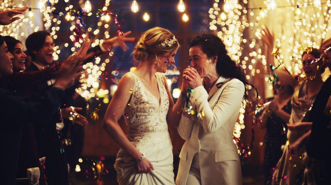 美國付費電視頻道Hallmark,在12月初的聖誕檔期,播出了婚顧公司Zola的...