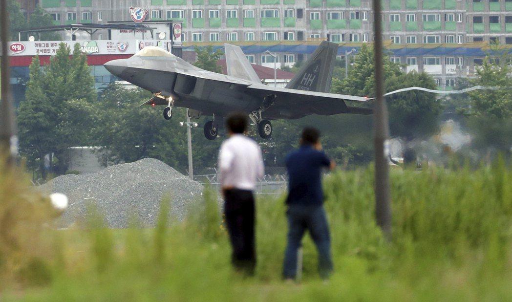圖為美軍F-22現蹤南韓。美國駐聯大使凱莉.克拉夫特指出:「我們相信北韓會離敵對...