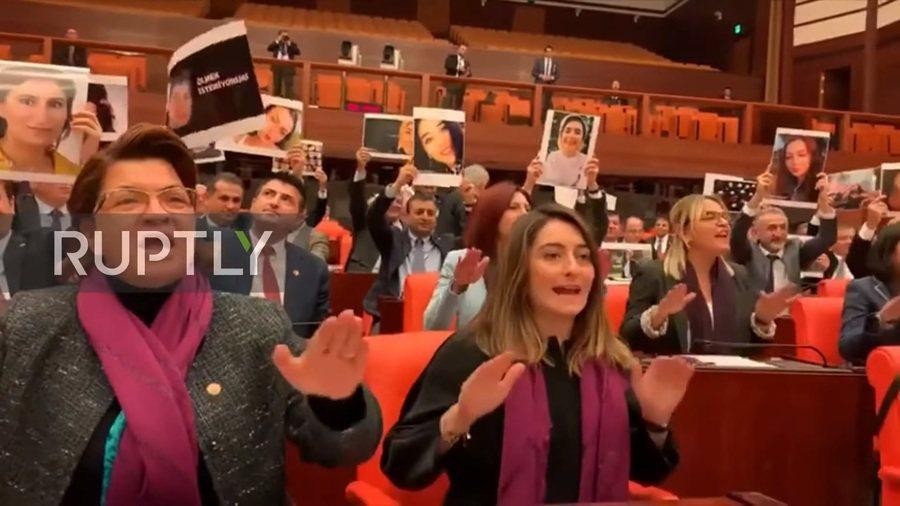 8位來自最大在野黨「共和人民黨」的女議員,在議會上高舉20位遭殺害的土耳其女性照片,唱著土耳其版的「強暴犯就在路上」。(Photo by 影片截圖)