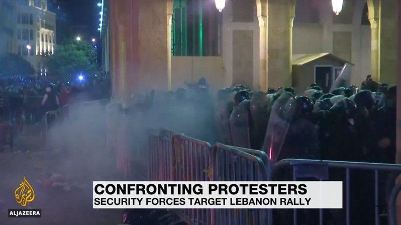 自14日的夜晚起,黎巴嫩首都貝魯特的街頭有如戰場一般,示威者戴著頭盔與防毒面具,警方則是朝著示威者扔石塊與發射催淚瓦斯。(Photo by 影片截圖)