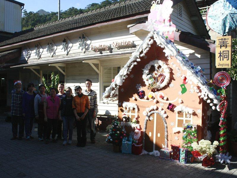 平溪菁桐老街各店家一同利用隨手可得的回收物裝飾出可愛繽紛的薑餅屋,吸引了不少民眾駐足留念,也打造成濃濃的耶誕風。 圖/觀天下有線電視提供