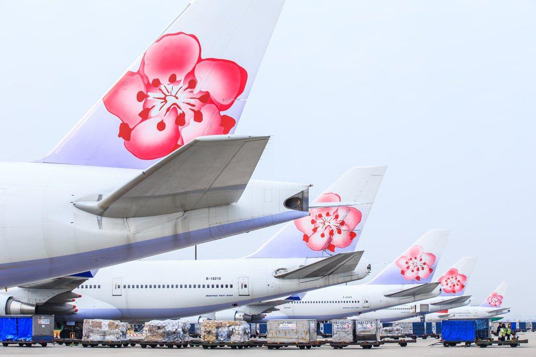 華航今年成立60年,紅梅揚姿機隊深入人心。圖/華航提供