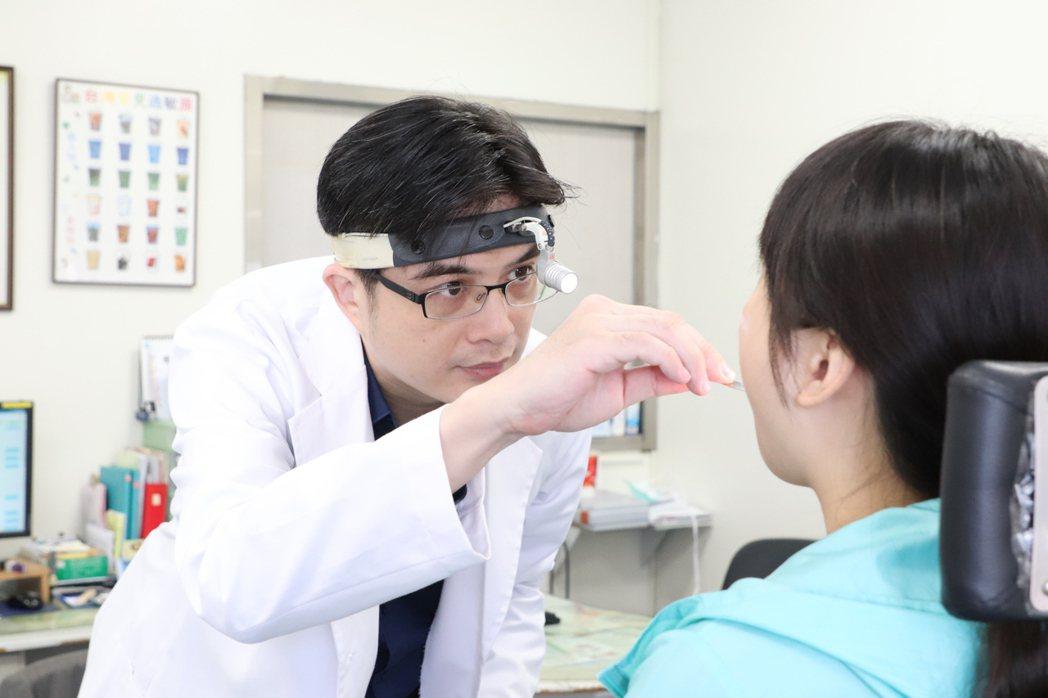 大里仁愛醫院耳鼻喉頭頸外科醫師張進芳說,在非法醫美機構接受整形手術有很大的風險會...