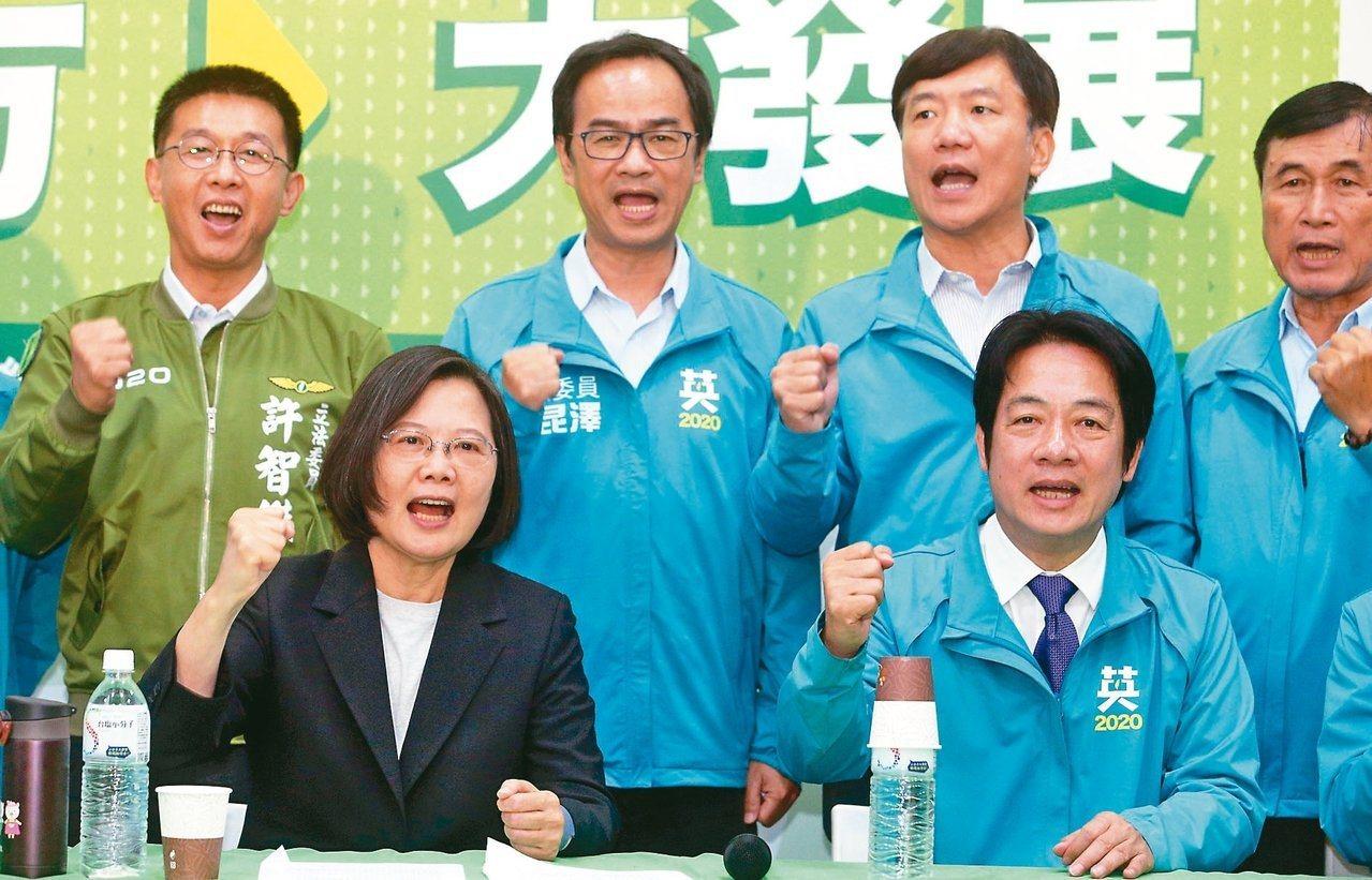民進黨正副總統候選人蔡英文(前排左)、賴清德(前排右)14日在高雄合體,宣布「大...