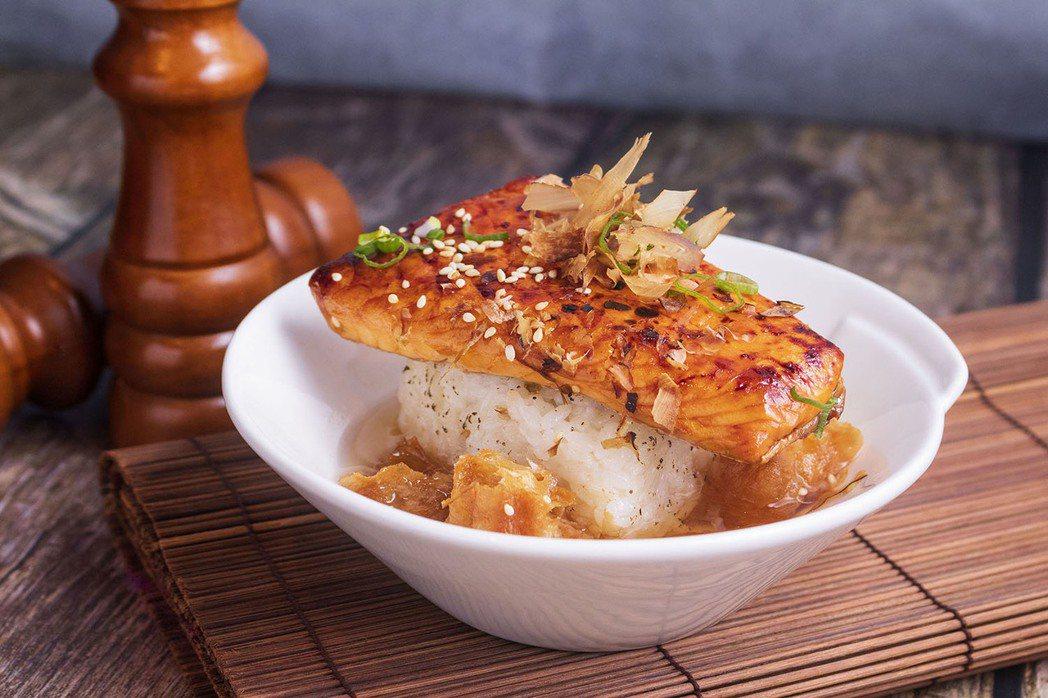 「美威精選蒲燒鮭魚排」進階版料理-蒲燒鮭魚油條茶泡飯。 圖/美威鮭魚提供