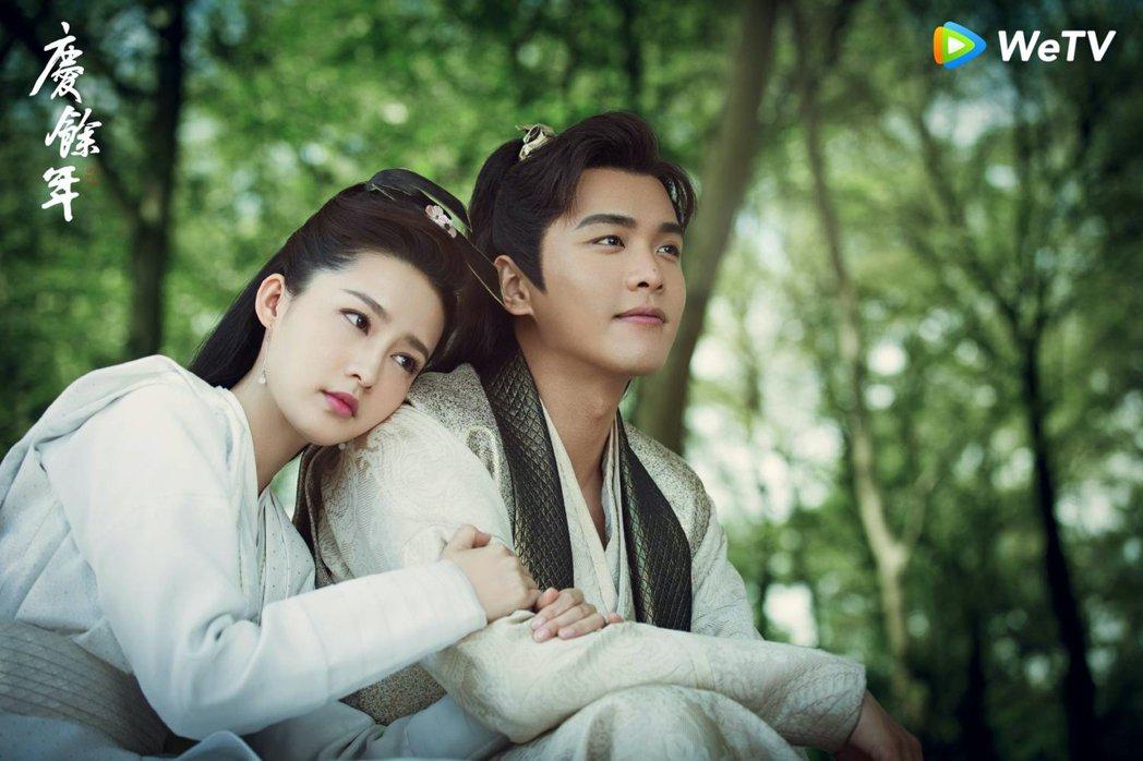 張若昀(右)與李沁在「慶餘年」中被封「雞腿CP」。圖/WeTV提供
