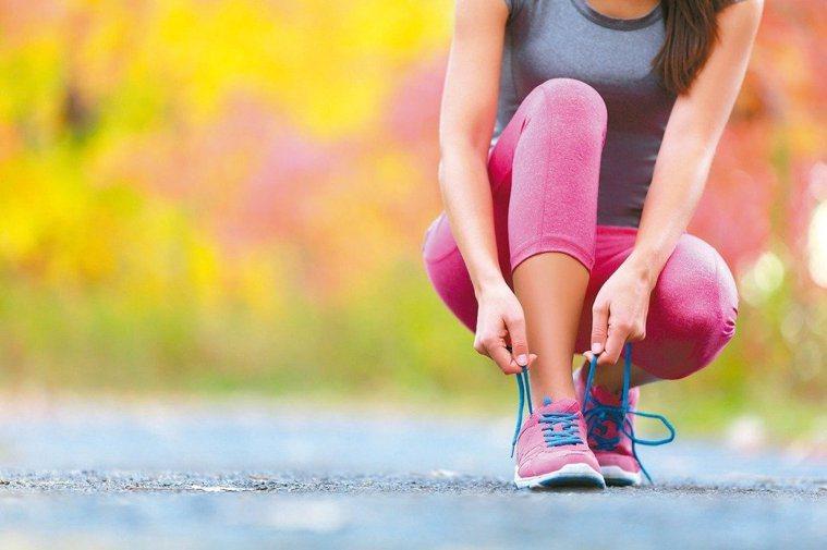 黃種人普遍有腳特寬的問題,醫師建議民眾挑鞋子時,應參考全力踩地時的腳寬。圖/12...