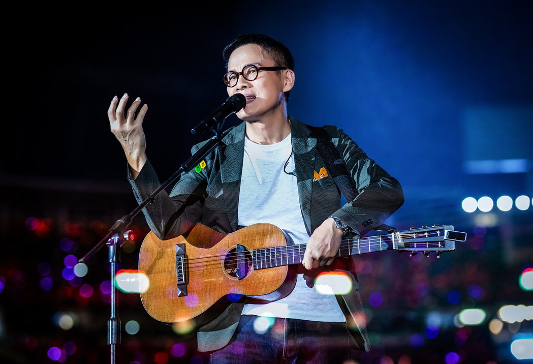 羅大佑在「當年離家的年輕人」巡演深情自彈自唱。圖/種子提供