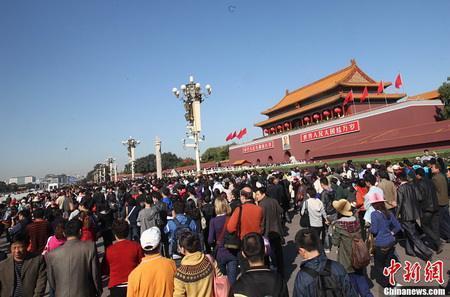 圖為北京天安門廣場前人潮。照片/中新網